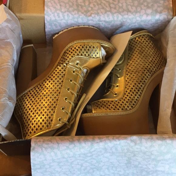 0a5d1bb62a Platform shoes size women s 7 Gold. NWT. Dollhouse